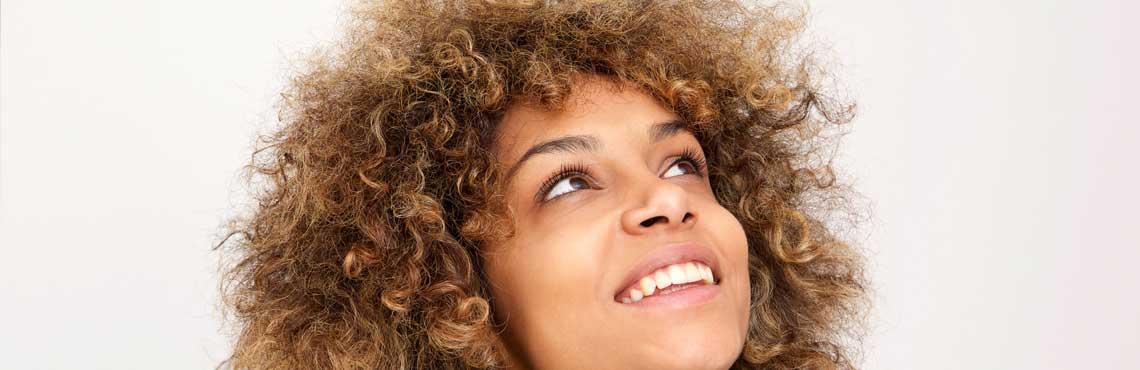 LungJunge afroamerikanische Frau die lächelt