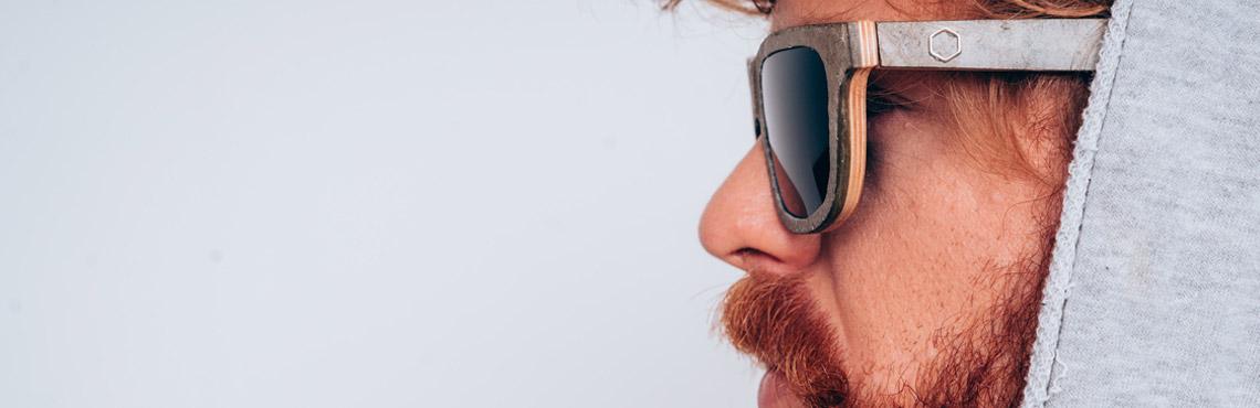 Kapu, Mann mit Bart, rothaarig, Sonnenbrille, Kapuzenpulli, Profil