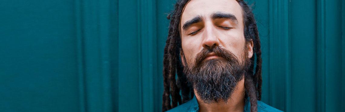 mann mit rasta mit geschlossenen Augen