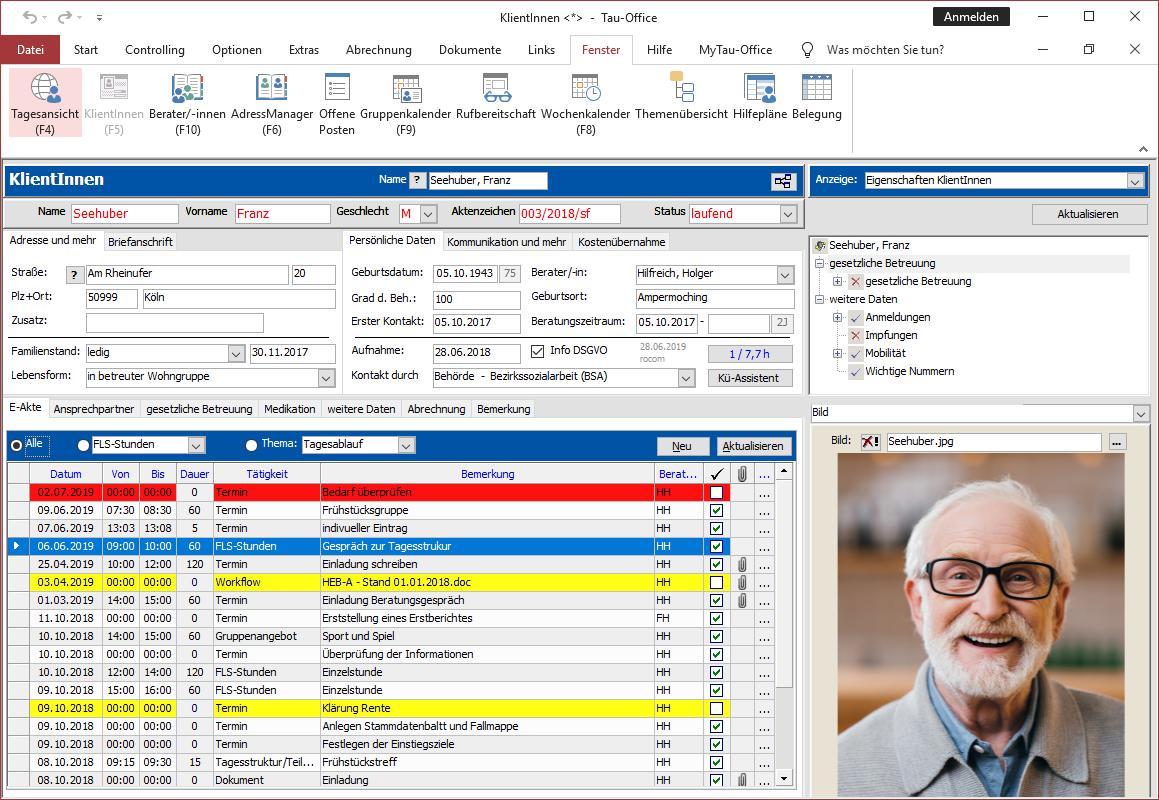 Bildschirm-Dreiteilung Oben Stammdaten , drunter Detailinformationen, rechts die Baumstruktur mit Klientendetails wie z. B. Statistikdaten, Foto oder Personalausweis.