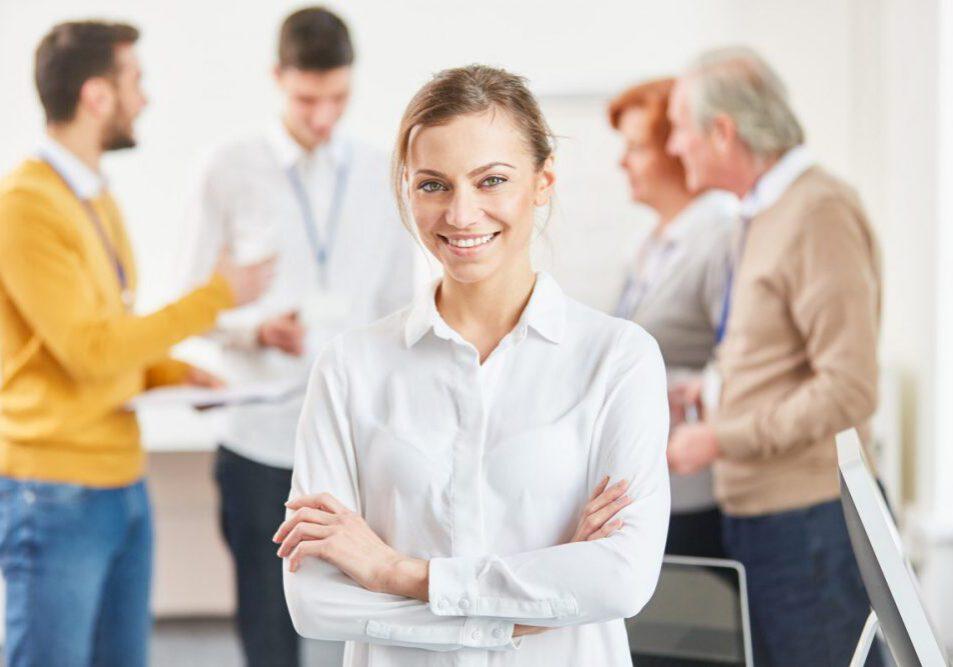 Junge Frau mit weißer Bluse