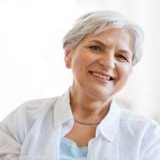 Ältere Dame mit weißen Haaren in Betreuung