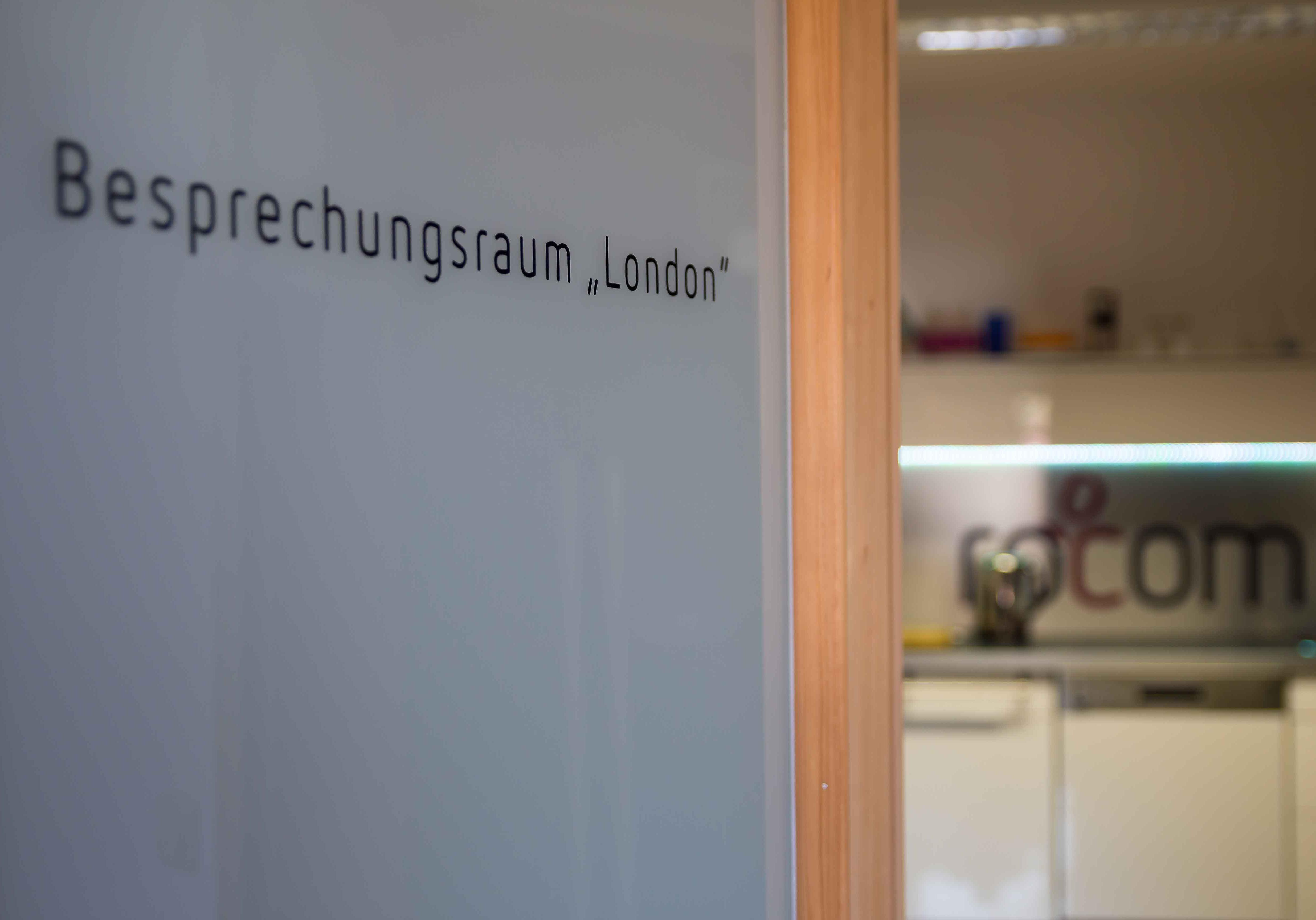 Besprechungsraumtür mit Blick in die Küche von rocom