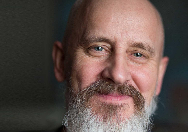 Obdachloser-Mann mit Bart und Glatze