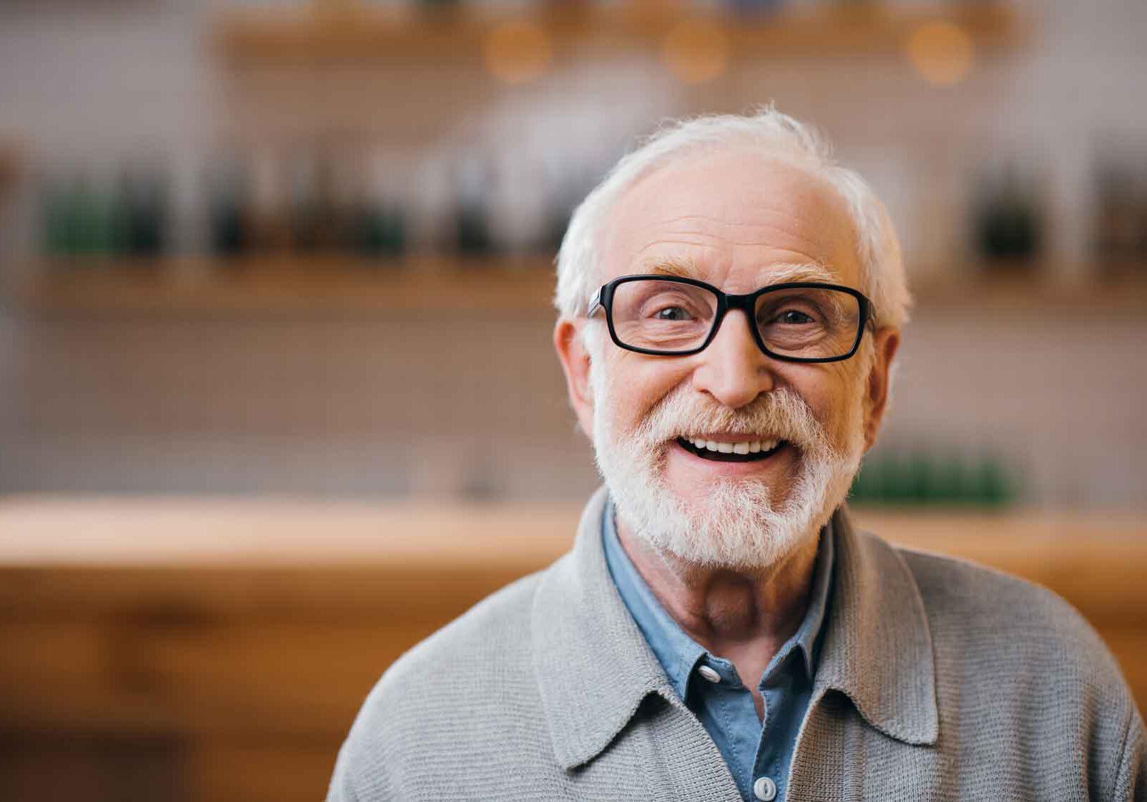 Senior-mit-Brille-in-der-Betreeung