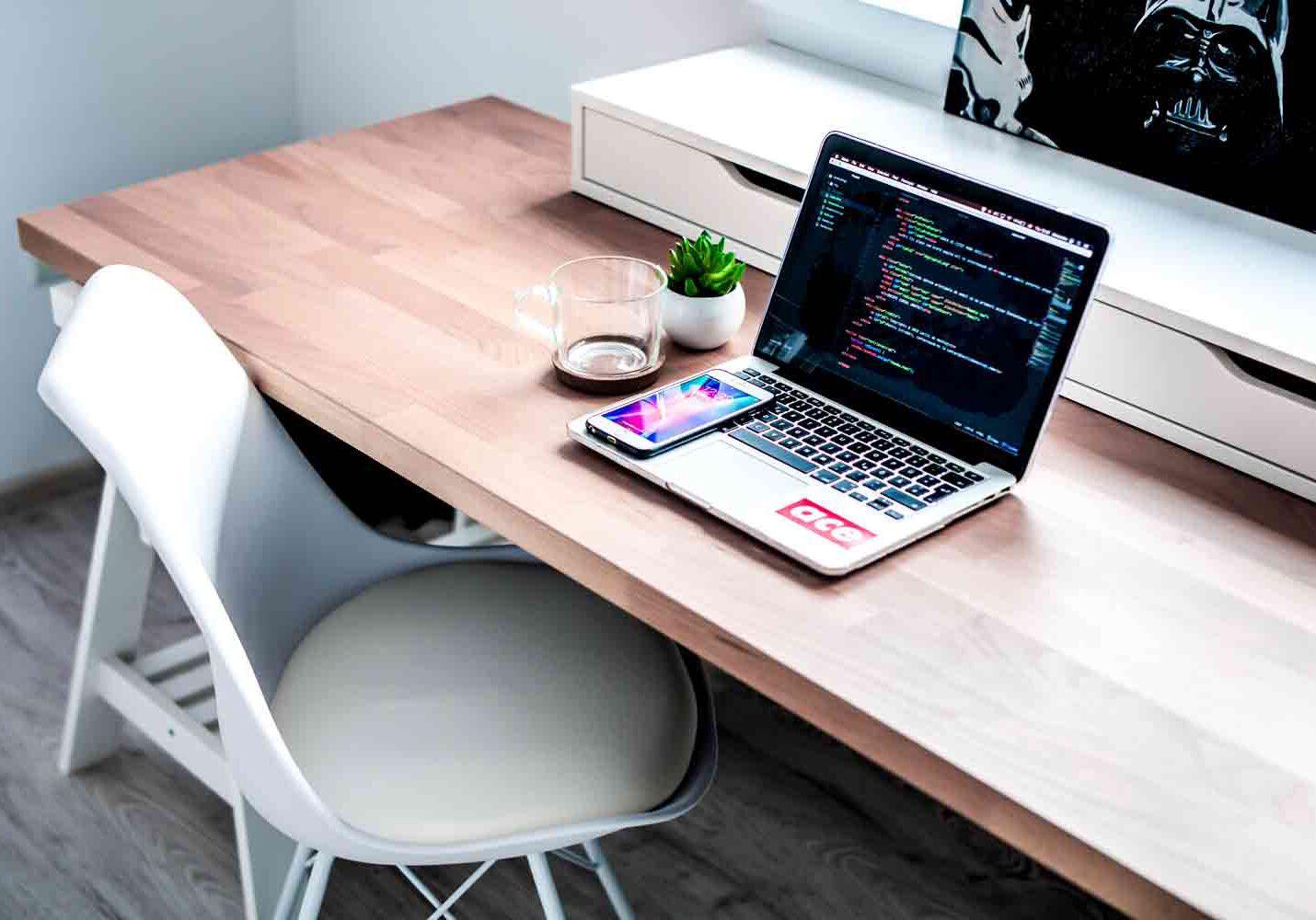 schreibtisch und arbeitsplatz mit laptop