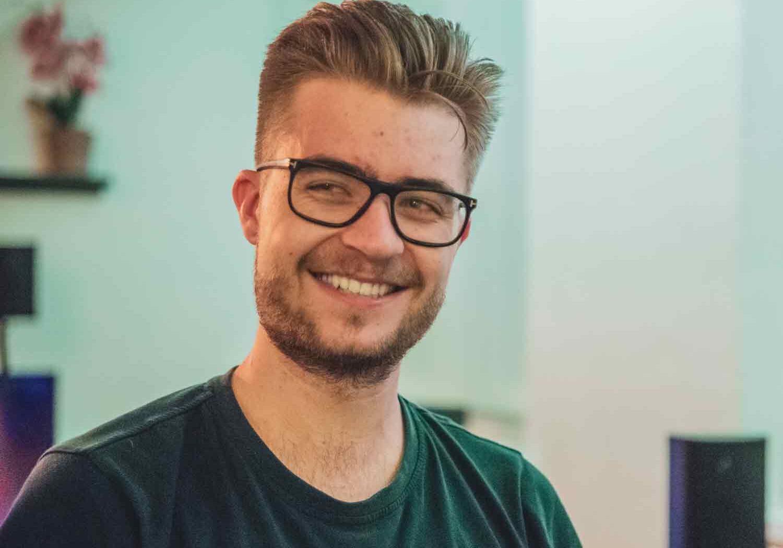 junger mann, blond mit brille